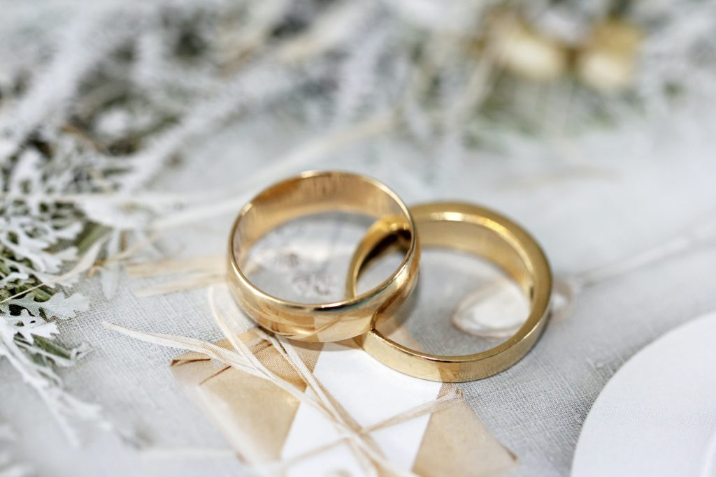 The image describes two wedding rings